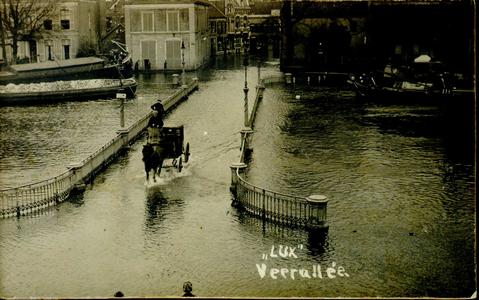 3747 PBKR2439 De nieuwe Havenbrug, 1916, deze prentbriefkaart is een reprint uit 1974. Langzaam rijdt een ...