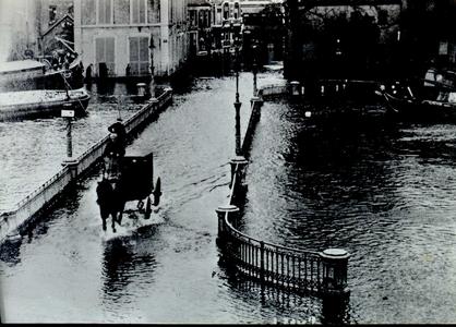 3765 PBKR2457 De nieuwe Havenbrug, 1916, deze prentbriefkaart is een reprint uit 1974. Langzaam rijdt een ...