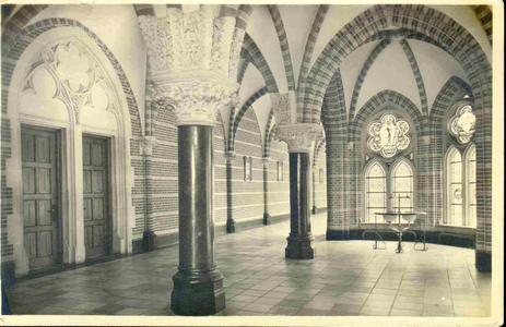 3833 PBKR0192 Assendorperstraat: interieur Dominicanenklooster, ca. 1925-1930: Claustrum: kloostergang. De eerste steen ...