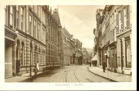 3850 PBKR0747 Gezicht in de Diezerstraat met links de gebouwen van het Provinciehuis, ca. 1912. Een dienstbode heeft ...