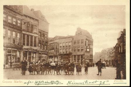 3897 PBKR1329 Grote Markt, ca. 1922. Op de voorgrond een groepje kinderen. Links Grote Markt 9 boekhandel Waanders; ...