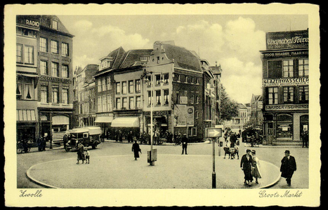 3899 PBKR1331 Grote Markt, ca. 1933-1935, met op de voorgrond de rotonde met rechthoekige richtingaanwijzer. Links ...