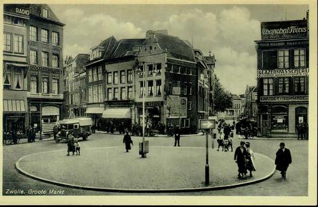 3908 PBKR1340 Grote Markt, ca. 1935, met op de voorgrond de rotonde met rechthoekige richtingaanwijzer. Links Grote ...