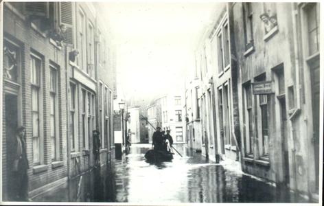 404 PBKR3632 De Steenstraat tijdens hoog water gezien vanaf de Melkmarkt in de richting van de Buitenkant, 1916. Rechts ...
