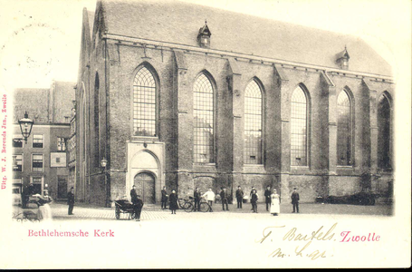 4059 PBKR0238 Bethlehems Kerkplein, Bethlehem Kerk ca. 1900, met handkar, fietsen en personen. Geheel links ...