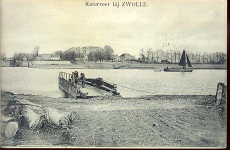 4144 PBKR1936 Gezicht vanaf de Gelderse op de Zwolse oever van de IJssel. Links de huizen bij de Katerveersluizen in de ...