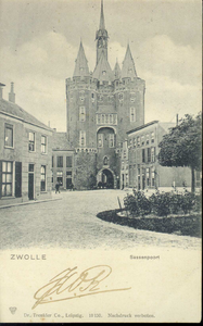 4235 PBKR3146 Sassenpoort, gezien uit het Van Nahuysplein voor de doorbraak van 1904, waarbij de twee panden (waaronder ...