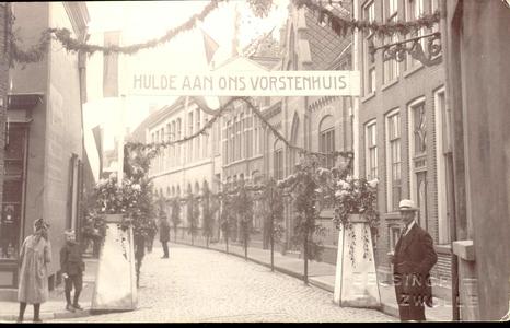 4258 PBKR0257 Bitterstraat op 27-30 mei 1921, vanuit de Roggenstraat gezien, versierd ter gelegenheid van het ...