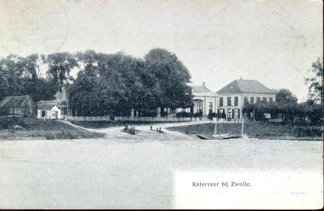 4352 PBKR1963 Gezicht vanaf de IJssel op de aanlegplaats van het Katerveer op de Zwolse oever. Links gebouwen bij de ...