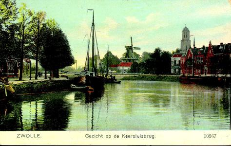 4370 PBKR1982 Ingekleurde prentbriefkaart met gezicht vanaf de Willemsvaart op de Keersluisbrug. Langs de Willemskade ...