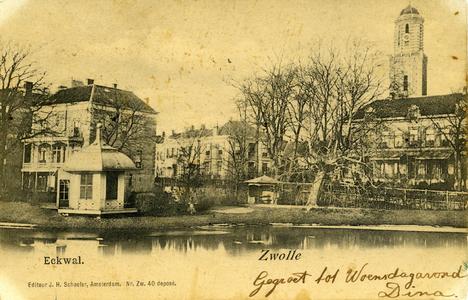 4415 PBKR2567 Gezicht op de Eekwal vanaf de Emmawijk dichtbij de Nieuwe Havenbrug, ca. 1900. In de tuin van het grote ...