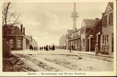 4468 PBKR0287 Borneostraat ca. 1935, met op de achtergrond de schoorsteen 'op de fabriek van Wulfing', een Duitse jood, ...