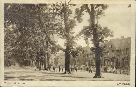 453 PBKR4216 Wipstrikkerallee 1920-1925 met bomen gezien naar het zuidoosten met een groot aantal kinderen. Op de weg ...