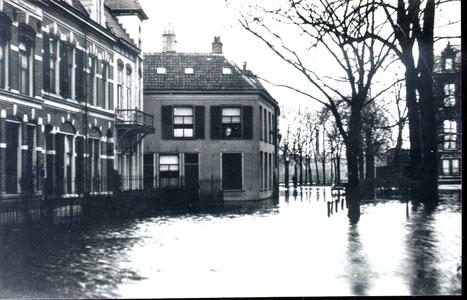 4580 PBKR2012 Gezicht op de zuidzijde van de Kerkstraat tijdens hoogwater, waarschijnlijk in december 1916. Vanaf links ...