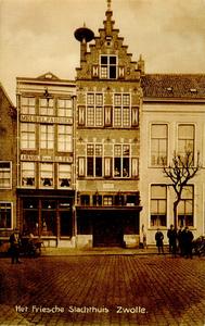 4622 PBKR2595 Gezicht op de panden Oude Vismarkt 11-13, ca. 1910. In het pand Oude Vismarkt 11 was de meubelfabriek van ...