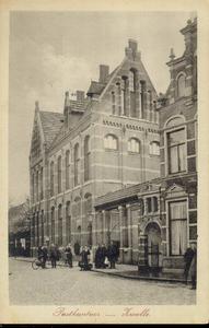 5161 PBKR2703 Het nieuwe postkantoor (geopend 1 september 1909) aan de Nieuwe Markt, gezien vanaf het Gasthuisplein ...