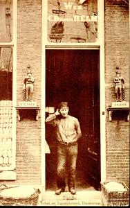 5284 PBKR2141 Tabak- en sigarenhandel van de firma Wed. C. D. van den Helm, Diezerstraat 56, circa 1910. Een man staat ...