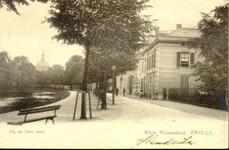 5387 PBKR0485 Het Klein Wezenland (vanaf 1933 Burgemeester Van Roijensingel) met een bankje op de voorgrond, in de ...