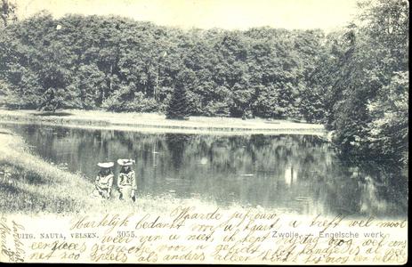 5402 PBKR1039 Gezicht op de vijver in het Engelse Werk met op de voorgrond twee meisjes met hoeden, ca. 1900., 1900-00-00