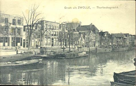 5581 PBKR1073 De Thorbeckegracht met binnenvaartschepen, gezien vanaf de Buitenkant, ca. 1925. Op de achtergrond de ...
