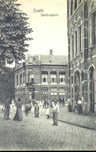 5590 PBKR1082 Gasthuisplein, rechts RK Gesticht van Liefde, ca. 1905. Op de achtergrond sigarenwinkel R. Zweers. Op de ...