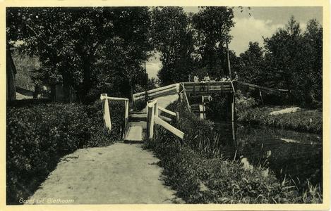 560 PBKR5951 Toeristen op brug over gracht in Giethoorn. De kaart is in 1937 afgestempeld., 1930-00-00