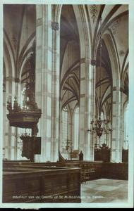 5632 PBKR1662 Grote Markt 18, Grote Kerk, interieur ca. 1935. Tussen hoge pilaren zijn preekstoel en kroonluchter, en ...