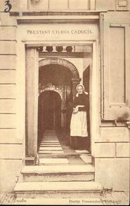 5657 PBKR2228 Melkmarkt 53: Vrouwenhuis, hoofdingang van het Vrouwenhuis, ca. 1915. In de deur staat een bewoonster. ...