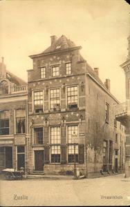5663 PBKR2234 Gezicht op het Vrouwenhuis aan de Melkmarkt 53, ca. 1915. Het vrouwenhuis werd gesticht in 1742. Na de ...