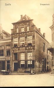 5664 PBKR2235 Melkmarkt 53, Het Vrouwenhuis, ca. 1915. Het Vrouwenhuis werd gesticht in 1742. Rechts Korte ...