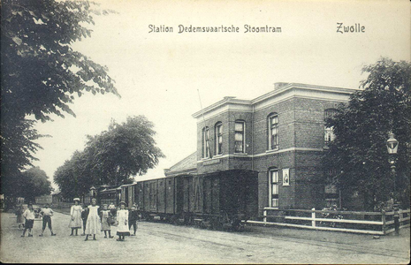 5823 PBKR2251 Station van de DSM (= Dedemsvaartsche Stoomtramweg Maatschappij), gebouwd in 1895. Het stond tegenover de ...