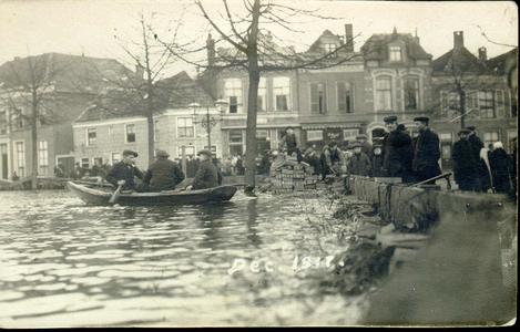 5945 PBKR0591 Hoog water op de Diezerkade, 14 januari 1916, gezien op de Thomas a Kempisstraat. Bij hoog water was de ...