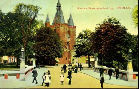 6011 PBKR1732 De Sassenpoortenbrug, ca. 1910 die in 1908 gereed kwam werd ontworpen door stadsarchitect L.Krook. Het ...