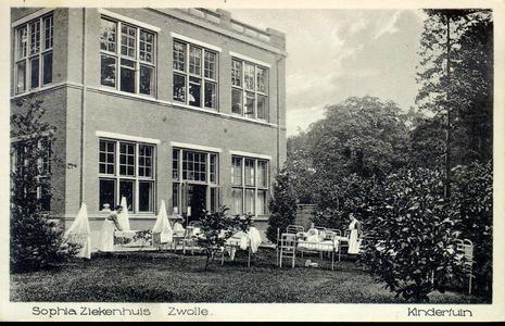 6062 PBKR2867 Rhijnvis Feithlaan, Sophia Ziekenhuis, ca. 1925. Verpleegsters en kinderen buiten in bedden en wiegjes in ...