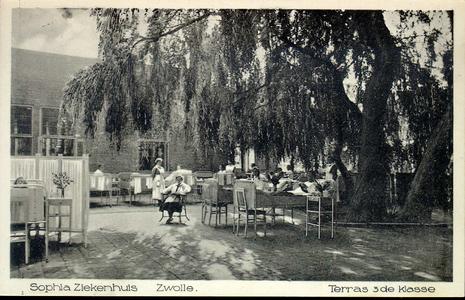 6063 PBKR2868 Rhijnvis Feithlaan, Sophia Ziekenhuis, 1925. In de tuin geparkeerde bedden met stoelen, nachtkastjes en ...
