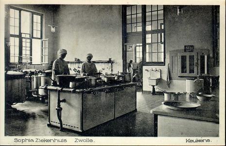 6064 PBKR2869 Rhijnvis Feithlaan, Sophia Ziekenhuis, 1925. Interieur keuken. Kooksters aan het werk met pannen en ...