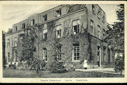 6069 PBKR2874 Rhijnvis Feithlaan, Sophia Ziekenhuis, 1925.Gezicht vanuit de tuin op het met klimop begroeide oudste ...