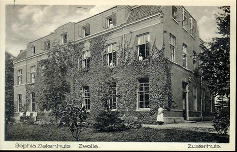 6070 PBKR2875 Rhijnvis Feithlaan, Sophia Ziekenhuis, 1925. Gezicht vanuit de tuin op het met klimop begroeide oudste ...