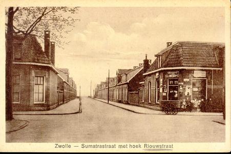 6077 PBKR2882 De kruising van de Riouwstraat (van links naar rechts) met de Sumatrastraat, ca. 1935. Rechts de ...