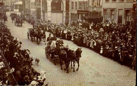6111 PBKR0039 Koninklijk bezoek aan Zwolle, 28 mei 1921. Koningin Wilhelmina en Prinses Juliana in een rijtuig op de ...