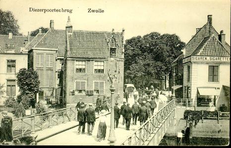 6136 PBKR0601 De Diezerpoortenbrug gezien vanaf de Diezerstraat richting Diezerpoortenplas, ca. 1920. In het pand ...