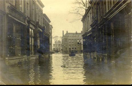 6283 PBKR2907 Hoog water (1916) in de Roggenstraat (links nrs 31-35) gezien naar de Vispoorten(draai) brug. In het ...