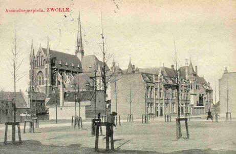6340 PBKR0088 Assendorperplein (voltooid 1907) met jonge boomaanplant. Links op de achtergrond de Dominicanenkerk ...