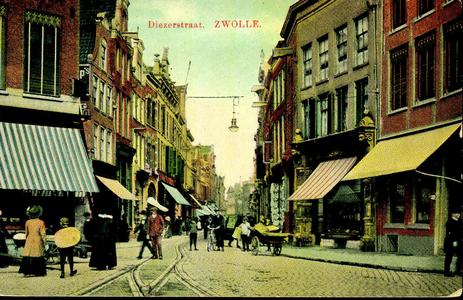 6350 PBKR0635 De Diezerstraat gezien vanaf de Grote Markt, ca. 1915. In het plaveisel de rails van de paardentram. De ...