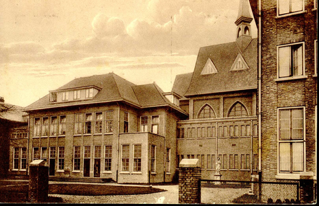 6400 PBKR1221B De uitbreiding van het R.K. ziekenhuis aan de Blekerstraat. Rechts naast de kapel stond het zusterhuis. ...
