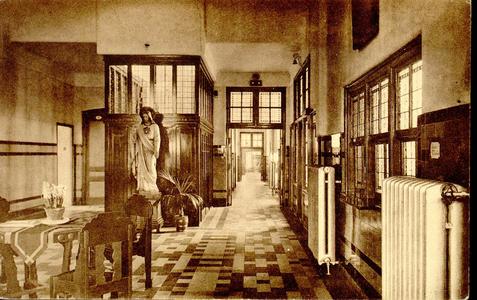 6411 PBKR1232 De hal in het oude gedeelte uit 1902 van het R.K. ziekenhuis aan de Blekerstraat. Dat was aangebouwd aan ...
