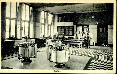 6418 PBKR1239 De nieuwe keuken van het R.K. Ziekenhuis aan de Blekerstraat, met zicht op het hoofdaltaar. Het oude ...