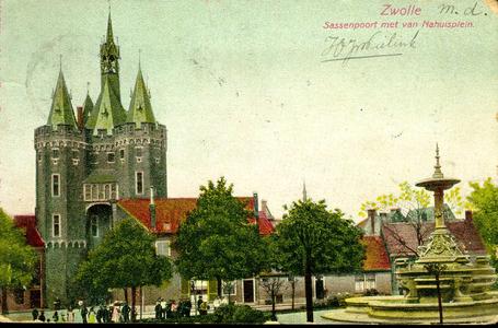 6493 PBKR2937 Sassenpoort na de restauratie 1894-1898 vanaf het van Nahuysplein gezien mét de fontein geplaatst 1893., ...