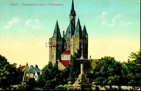 6494 PBKR2938 Sassenpoort gerestaureerd 1894-1898 ezien uit het Van Nahuijsplein over de fontein (geplaatst 1893), ...