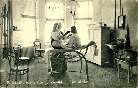 6603 PBKR1244 De polikliniek in het oude gedeelte uit 1902 van het R.K. ziekenhuis aan de Blekerstraat. Dat was ...